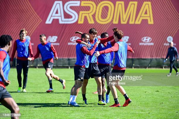 Roma players celebrate the victory during a training session at Centro Sportivo Fulvio Bernardini on October 15, 2021 in Rome, Italy.