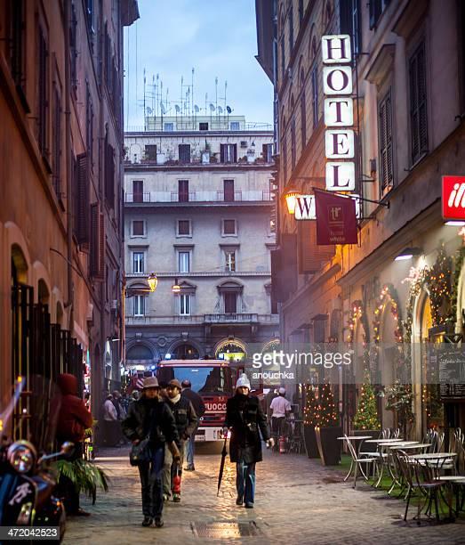 roma street decorato per natale - natale di roma foto e immagini stock