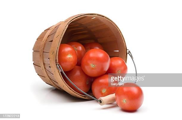 Roma tomates renverser du panier en bois
