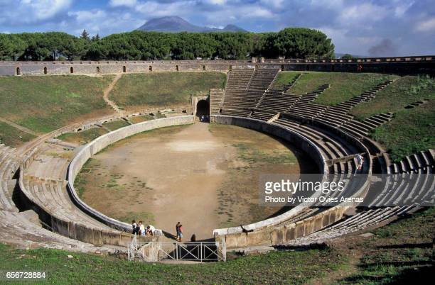 roman amphitheatre of pompeii (70 bc) and mount vesuvius in the background, naples, italy - pompeya fotografías e imágenes de stock