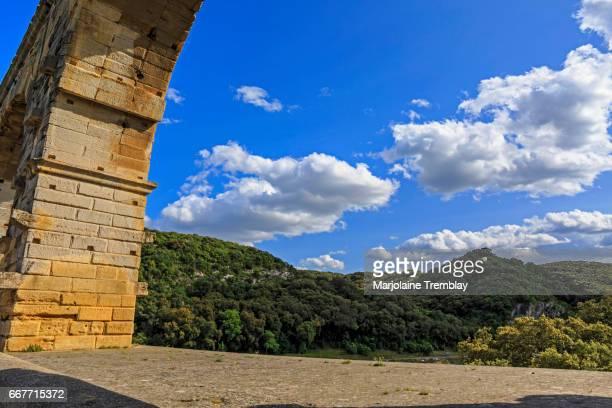 roman aqueduct crossing the gardon river, pont du gard, southern france, heritage site, unesco - avigon foto e immagini stock