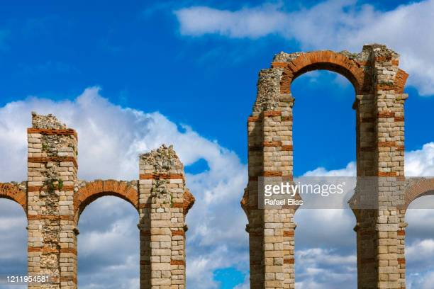 roman aqueduct - extremadura fotografías e imágenes de stock