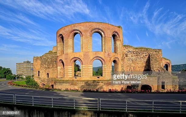 roman bath ruins kaiserthermen, trier, germany - römisch stock-fotos und bilder