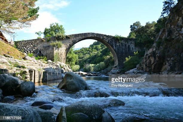roman bridge, madrigal de la vera. - extremadura fotografías e imágenes de stock