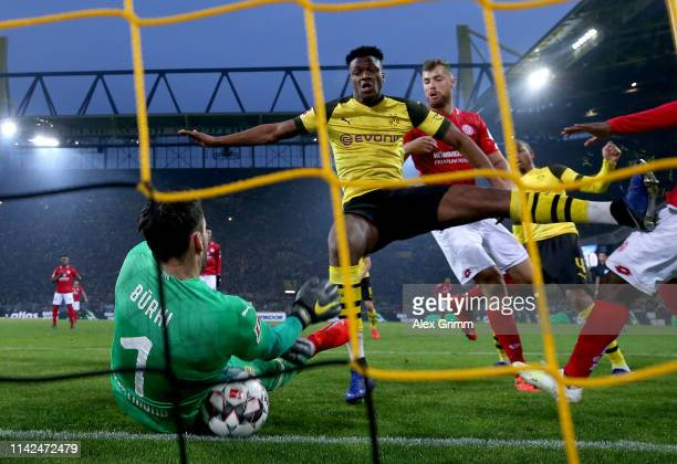 Roman Buerki of Borussia Dortmund saves a shot from Anthony Ujah of FSV Mainz on the line during the Bundesliga match between Borussia Dortmund and 1...