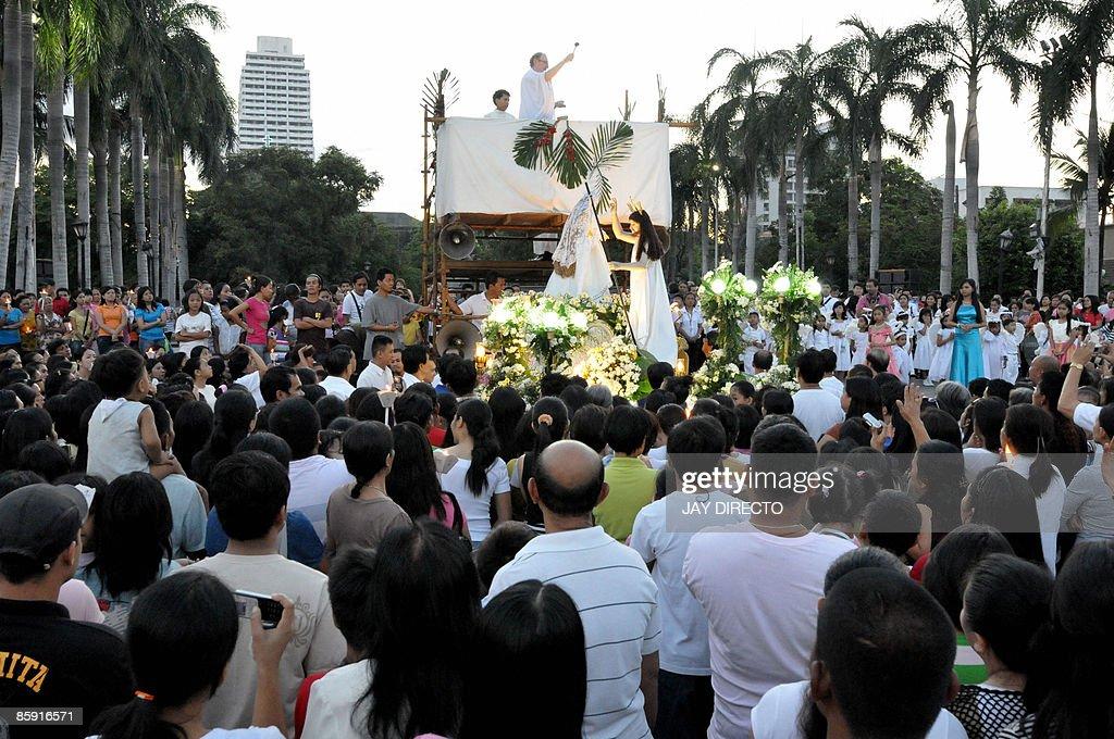 A Roman Catholic priest officiates a daw : News Photo
