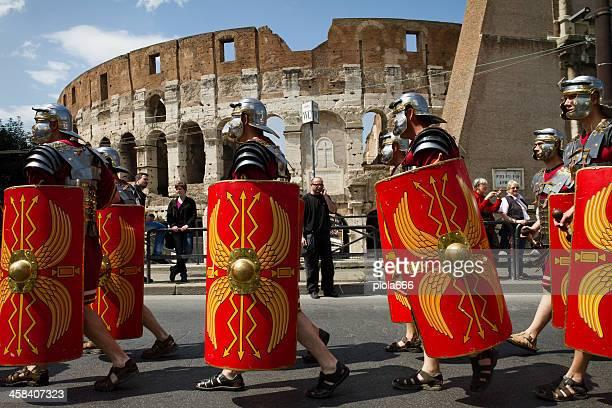 ローマ centurions 通り抜けの前のコロシアム