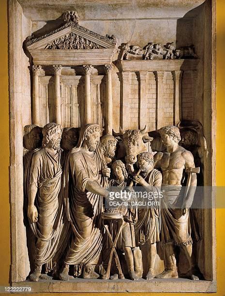 Roman civilization 2nd century AD Relief representing Marcus Aurelius sacrificing before the temple of Jupiter on the Capitol 176180 AD