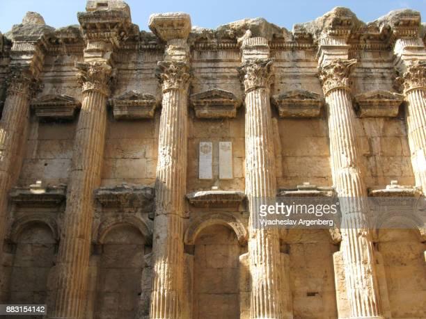roman columns with corinthian capitals ornamenting the temple of jupiter, baalbek - argenberg fotografías e imágenes de stock