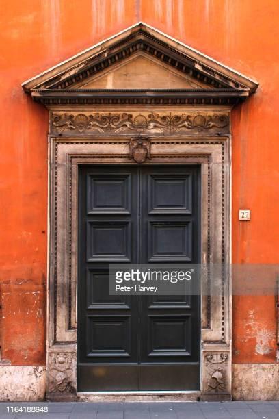 roman door 04 - rome italie photos et images de collection