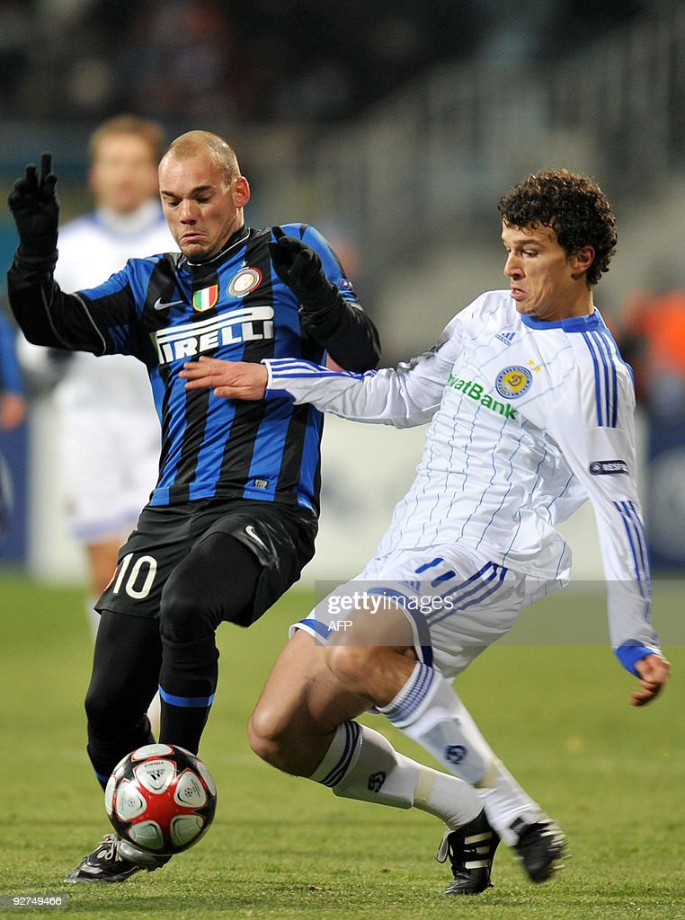 Roman Eremenko of FC Dynamo Kiev (R) fights for a ball with Wesley Sneijder FC Inter Milan (L) during UEFA Champions League, Group F football match in Kiev on November 4, 2009.