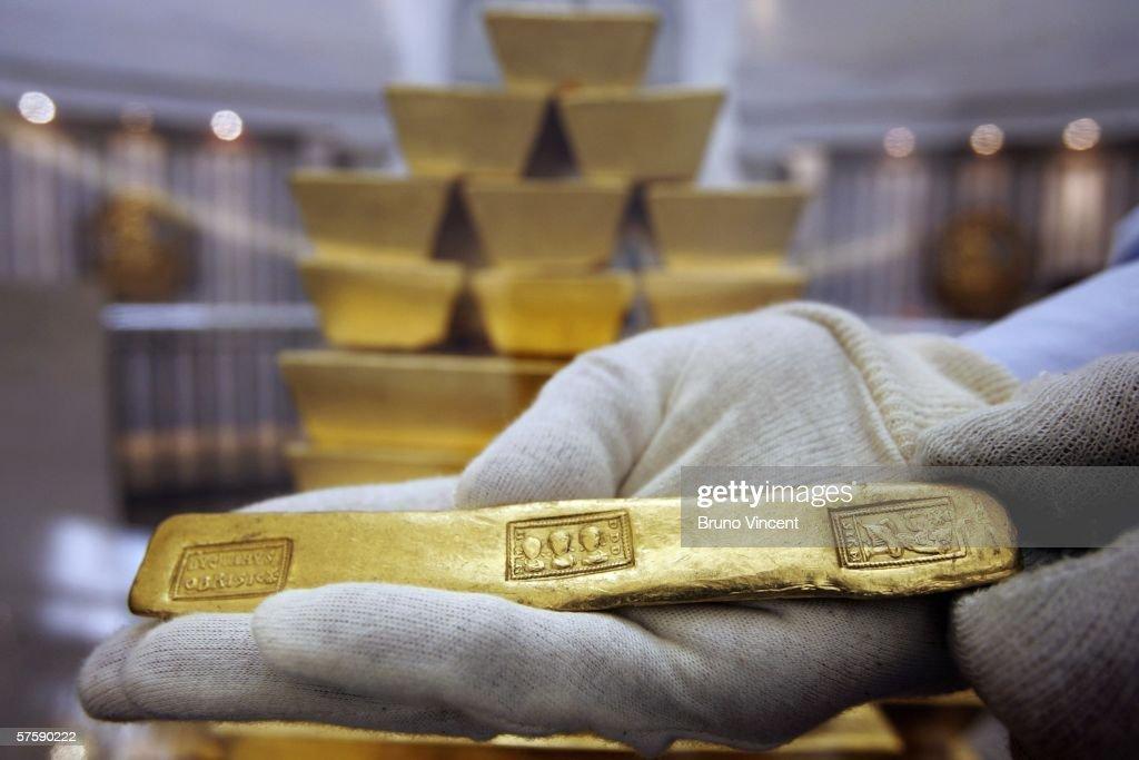 Gold Price Hits Twenty Six Year High : News Photo