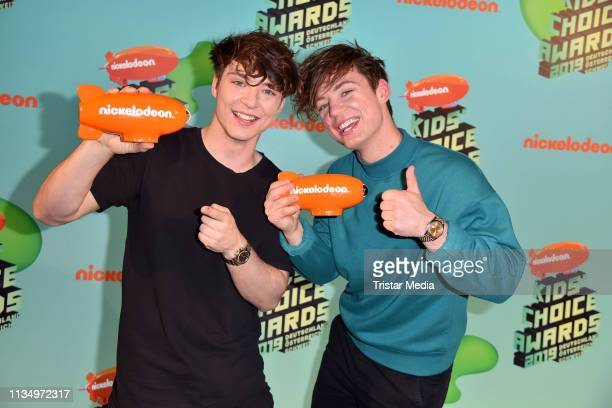Roman Lochmann and Heiko Lochmann of the duo Die Lochis pose backstage with their award at the Nickelodeon Kids Choice Awards on April 4 2019 in Rust...