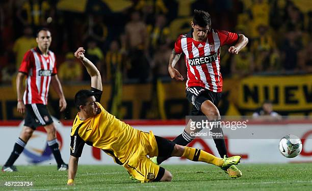 Roman Martinez of Estudiantes in action during a match between Estudiantes and Peñarol as part of round of 16 of Copa Total Sudamericana 2014 at...