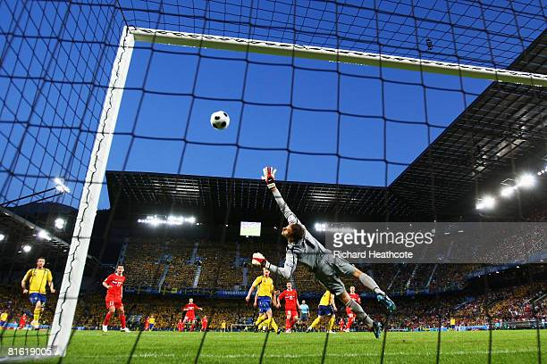 Roman Pavlyuchenko of Russia hits the crossbar during the UEFA EURO 2008 Group D match between Russia and Sweden at Stadion Tivoli Neu on June 18...