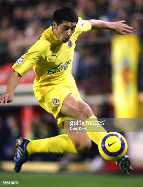 Roman Riquelme of Villarreal controls the ball during the Primera Liga match between Villarreal and F.C. Barcelona on December 4, 2005 at the...