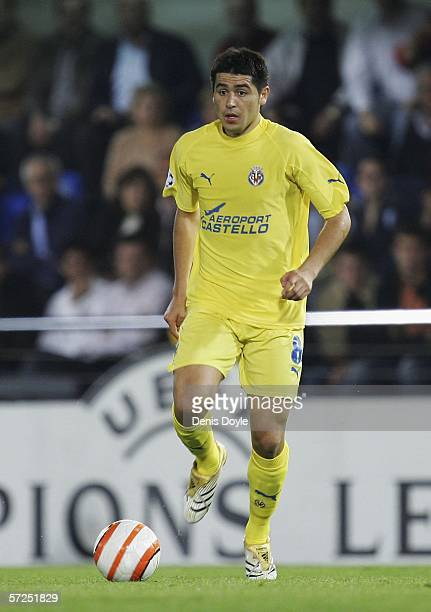 Roman Riquelme of Villarreal controls the ball during the UEFA Champions League Quarter Final Second Leg match between Villarreal and Inter Milan at...