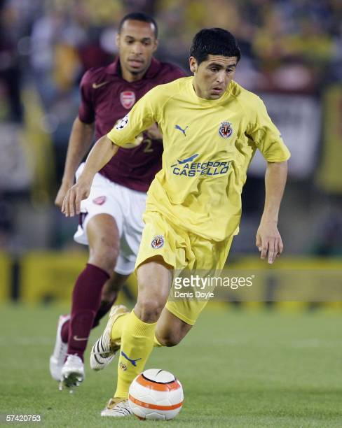 Roman Riquelme of Villarreal is chased by Thierry Henry of Arsenal during a UEFA Champions League semi-final, second leg match between Arsenal and...