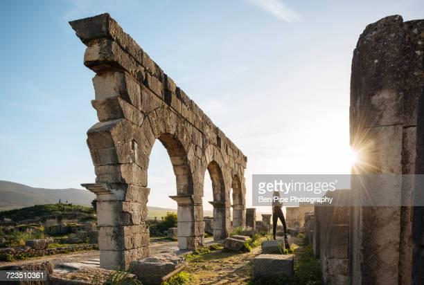 roman ruins of volubilis, meknes, morocco, north africa - volubilis fotografías e imágenes de stock
