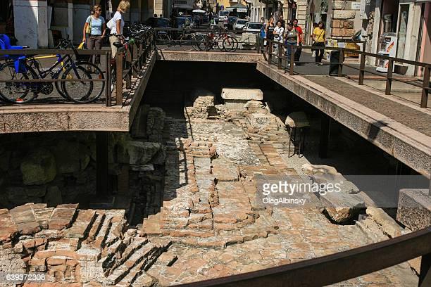 rovine romane conservate in mezzo a via, verona, italia. - archeologia foto e immagini stock