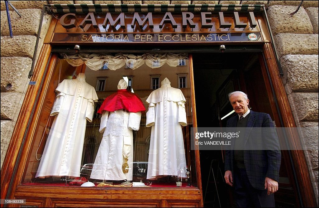 Roman tailor Annibale Gammarelli made three versions small, medium and large of the white vestments in Rome, Italy on April 13, 2005. The new Pope will wear them when he first appears to the world.  : Nachrichtenfoto