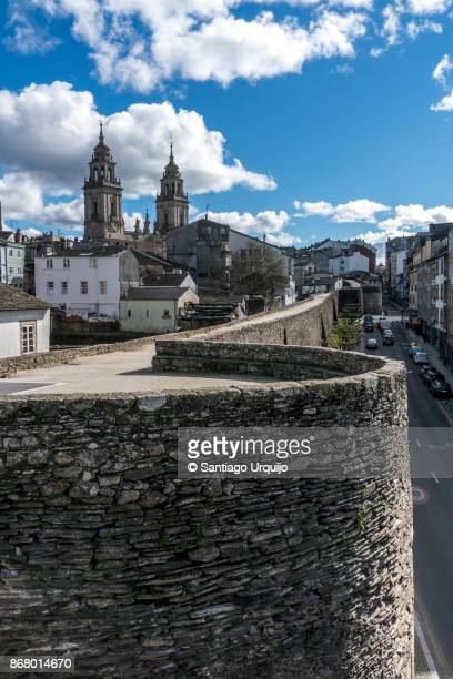 roman walls and cathedral of lugo - provincia de lugo fotografías e imágenes de stock