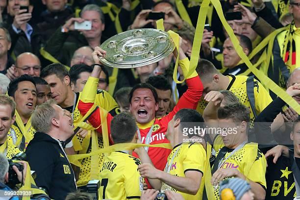 Roman Weidenfeller Borussia Dortmund mit der Meisterschale Fussball Saison 2011 / 12 1 Bundesliga Borussia Dortmund SC Freiburg 4:0 Deutscher...