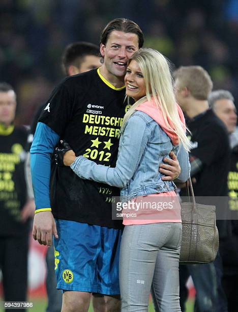 Roman Weidenfeller Borussia Dortmund mit seiner Freundin Lisa Borussia Dortmund feiert die deutsche Fussballmeisterschaft durch den Sieg gegen...