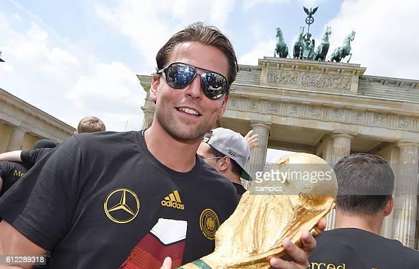 Roman Weidenfeller Deutschland Germany mit Weltcup Weltpokal WM Pokal Weltmeisterschaftspokal vor dem Brandenburger Tor Rückkehr der Deutschen...