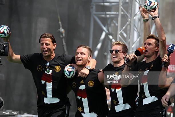 Roman Weidenfeller Deutschland Germany MUstafi Andre Schürle Schuerle Deutschland Miroslav Klose Deutschland singen Rückkehr der Deutschen Fussball...