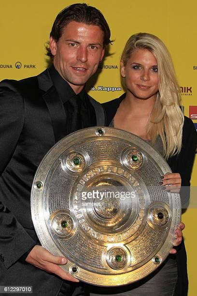 Roman Weidenfeller mit Freundin Lisa und Meisterschale Deutscher Fussball Meister 2011 Borussia Dortmund am Abend die Meisterschaft Fussball 1...