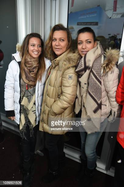 Romana Hinterseer and her daugthers Laura and Jessica pose at the Hahnenkamm Race in Kitzbuehel, Austria, 24 January 2015. Photo:FELIXHOERHAGER/dpa...
