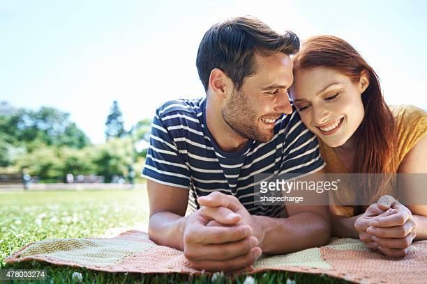 公園でロマンス - 腹ばい ストックフォトと画像