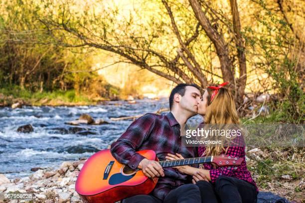 la romance - embrasser sur la bouche photos et images de collection