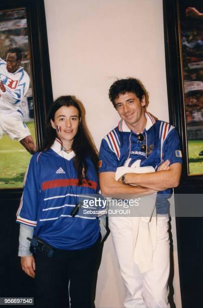 Romane Bohringer et Patrick Bruel soutiennent l'Equipe de France lors du quart de finale contre l'Italie au stade de France 3 juillet 1998 Saint...