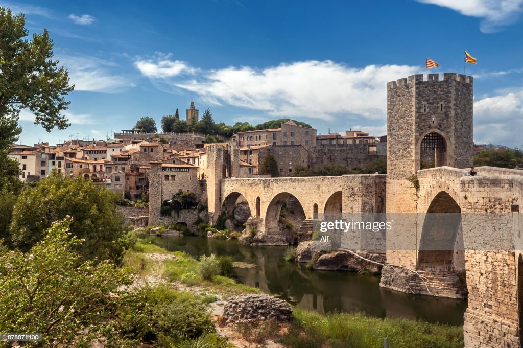 Romanesque Bridge in Besalú - Girona Spain : Foto de stock