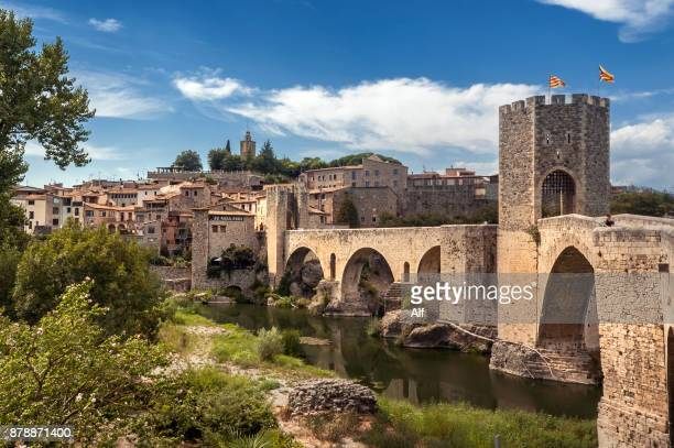 romanesque bridge in besalú - girona spain - katalonien stock-fotos und bilder