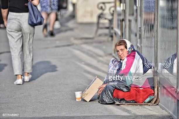 mendigo rumana, en las calles de estocolmo - rumania fotografías e imágenes de stock