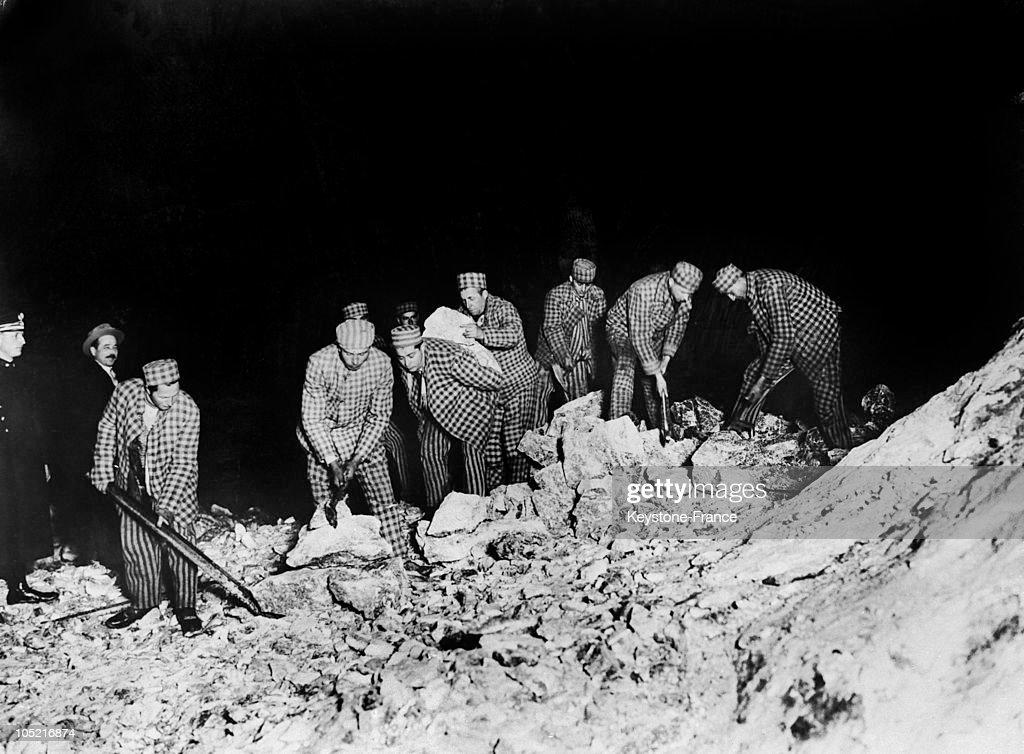 Romanian Convicts Working In A Salt Mine Around 1932 : News Photo