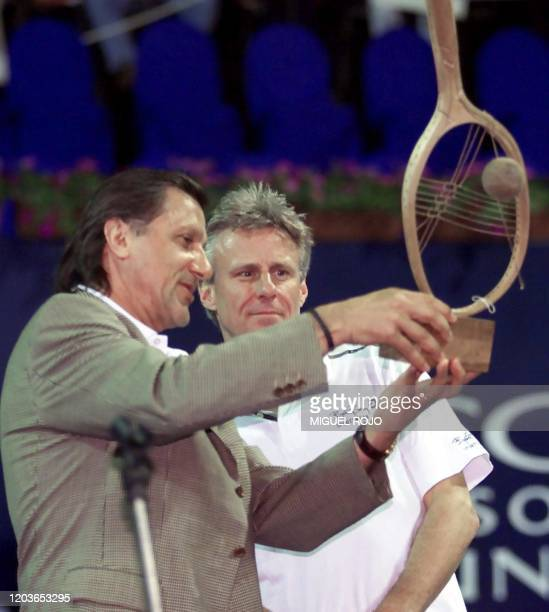 Romanian tennis player Ilie Nastase hand over the torophy to Bjorn Borg January 27 2001 El rumano Ilie Nastase hace entrega a Bjorn Borg de un trofeo...