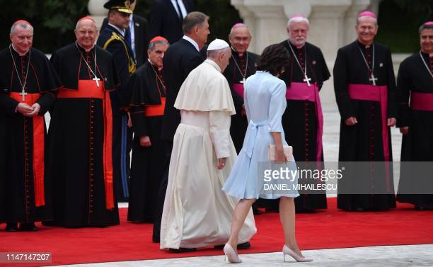 Romania's President Klaus Iohannis and his wife Carmen Iohannis welcome Pope Francis at the Presidential Palace in Bucharest on May 31 2019 Pope...