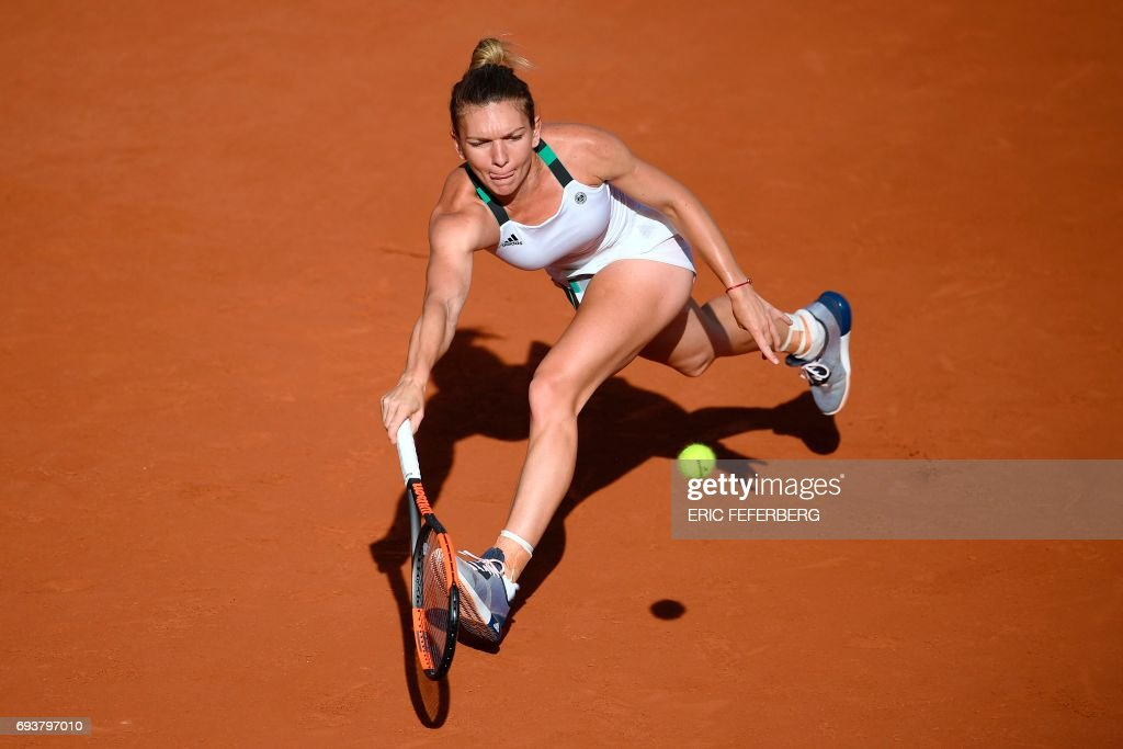 Romania's Simona Halep returns the ball to Czech Republic's Karolina Pliskova during their semifinal tennis match at the Roland Garros 2017 French Open on June 8, 2017 in Paris. / AFP PHOTO / Eric FEFERBERG
