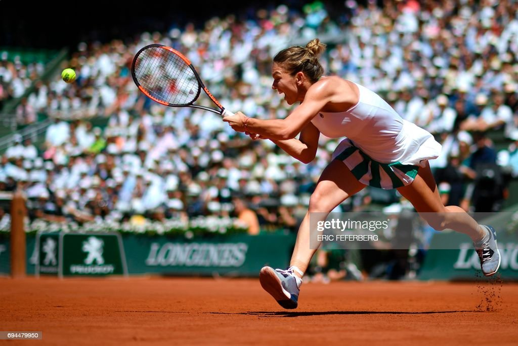 TOPSHOT - Romania's Simona Halep returns the ball to Latvia's Jelena Ostapenko during their final tennis match at the Roland Garros 2017 French Open on June 10, 2017 in Paris. / AFP PHOTO / Eric FEFERBERG