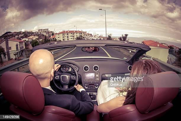 romântico e atractivo novo qua casal em carro conversível - careca imagens e fotografias de stock