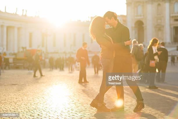 Casal romântico ao pôr do sol