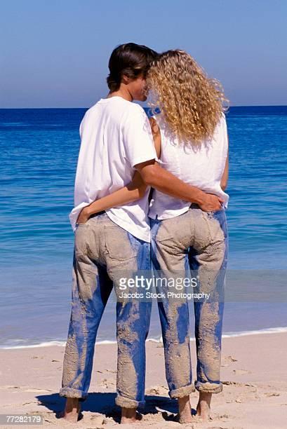 romantic couple at the beach - heteroseksueel koppel stockfoto's en -beelden