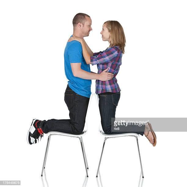 Pareja romántica adoptando todas las demás