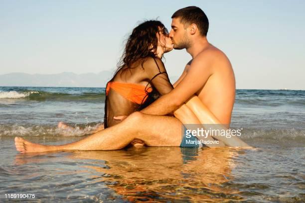 pares românticos que apreciam no mar junto - espuma sintética - fotografias e filmes do acervo