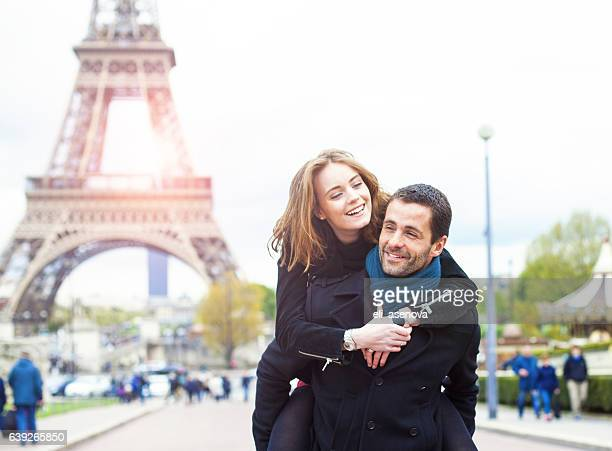 Romantisches Paar Genießen in Paris