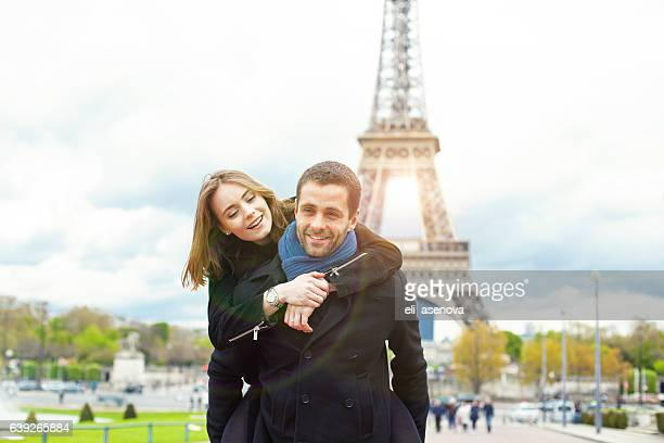 Pareja romántica disfrutar en París